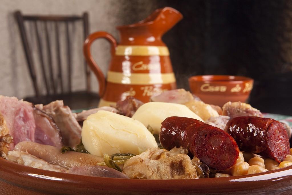 Plato de cocido de lalín y jarra de vino
