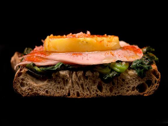Pan con lacón con grelos